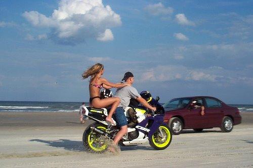 Moto com casal na praia
