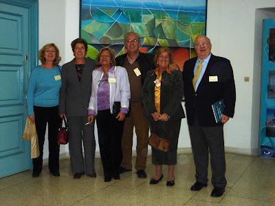 Algunos de los antiguos alumnos en el hall del Instituto