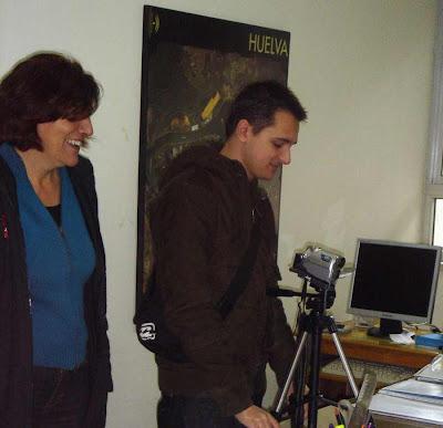 Alumno y profesora del Instituto de Tarifa en plena acción.