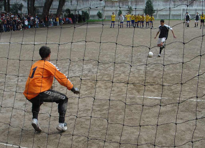 Héctor, el héroe del equipo, en el penalti del triunfo