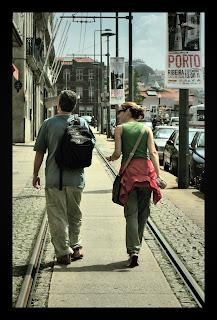 El sol limpia las calles, la memoria,   feroces pasiones atenúa.   Invéntate el final de cada historia,   que el amor es eterno mientras dura.