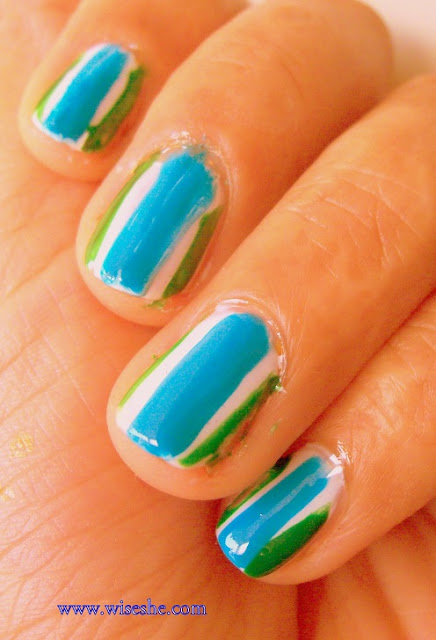 Nail art in blue and white