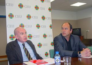 Alessandro Oppes, acompañado por Jordi Pérez, vicedecano de Periodismo de la Universidad Cardenal Herrera CEU de Elche