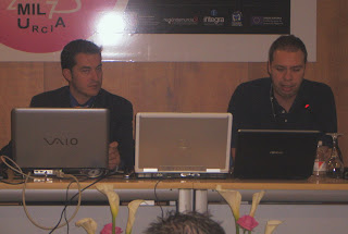 A la izquierda de la imagen Miguel Ángel Morcuende, director de estrategia de Nuevos Medios de ATOS Origin, acompañado por Sergio Martínez Mahugo, profesor de la Universidad Cardenal Herrera CEU de Elche