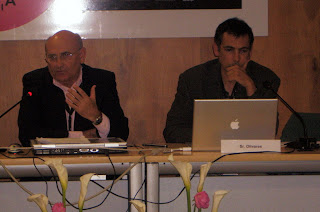 Francisco Olivares, a la derecha de la imagen, acompañado por el moderador de la ponencia, Felipe Julián Hernández, profesor de Periodismo de la Universidad de Murcia