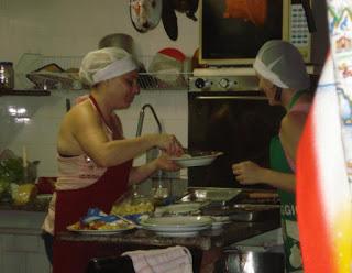 Giulia comanda o preparo dos pratos