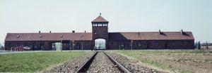 Entrada principal do campo de concentração de Auschwitz (Birkenau)