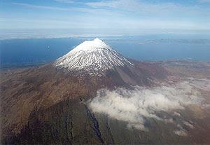 Uma vista aérea da Montanha, com neve no Piquinho