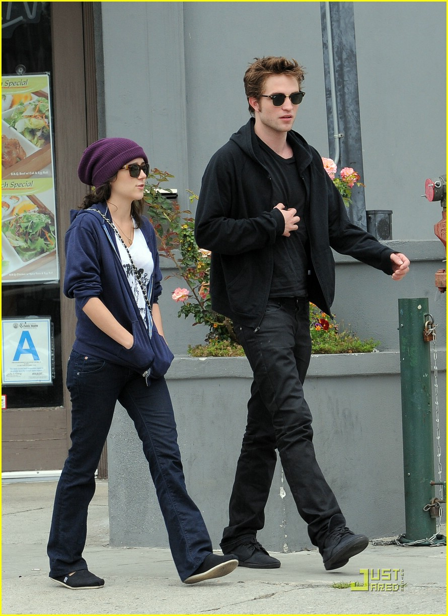 Who is robert pattinson dating july 2011