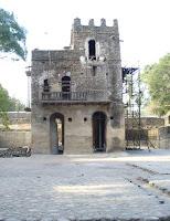Gondar, Timkat. Il bagnno di Fasilidas. Il bagno è attualmente in fase di restauro. Prima del restauro la cerimonia del battesimo si svolgeva in questa vasca. Foto Della Lunga, 2007