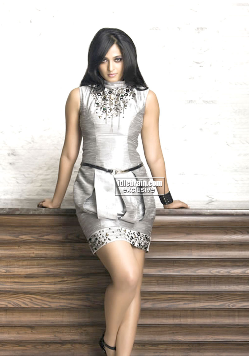 Lucy Hale Cute Wallpapers Wallpaper World Anushka Shetty Hot Picture In Different Dress