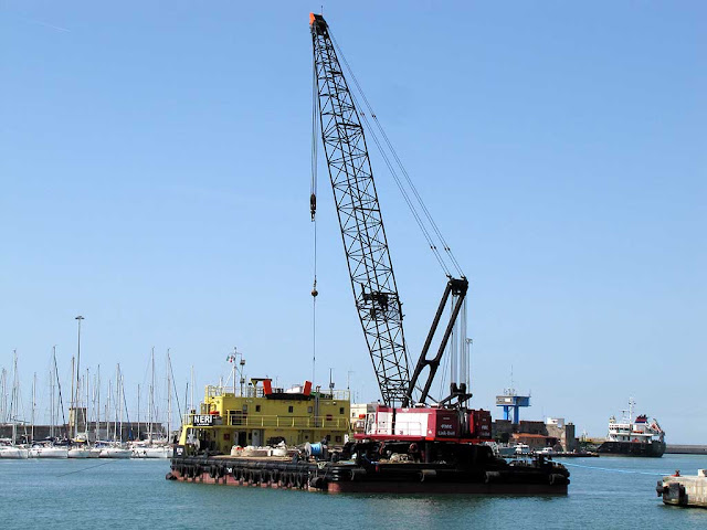 Preparing the jetties for the TAN, port of Livorno