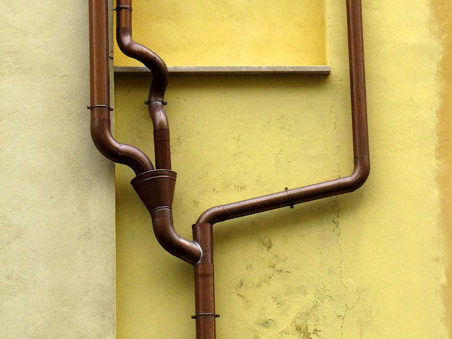 Creative changes in a rain gutter, via Strozzi, Livorno