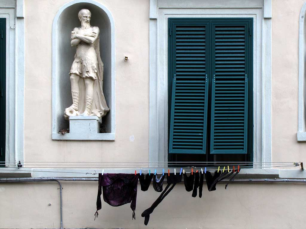 Statue and clothesline, Livorno