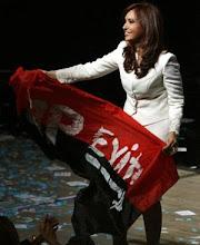 Cristina Fernandez con la bandera de la JP - EVITA