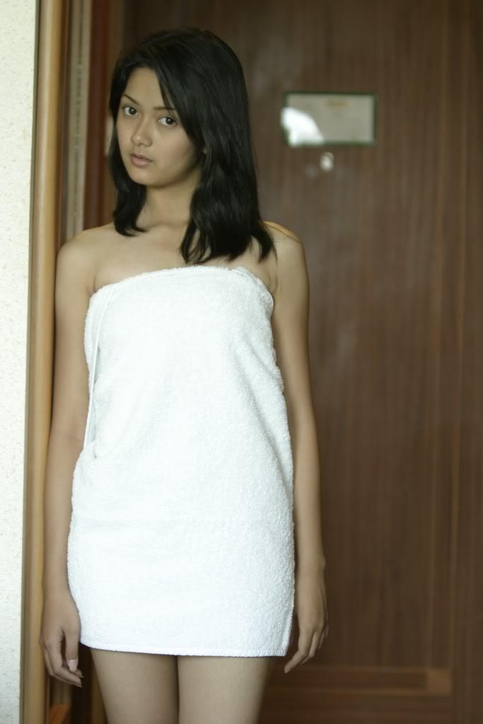 Cewek Abis Mandi Pose Hot Cuma Pake Handuk   kumpulan