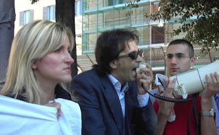 Il sit-in in sostegno di De magistris davanti alla sede del Csm in p.zza Indipendenza a Roma il 1 ottobre 2007, in primo piano Sonia Alfano, al megafono Francesco Precenzano, presidente di G.E.N.S.