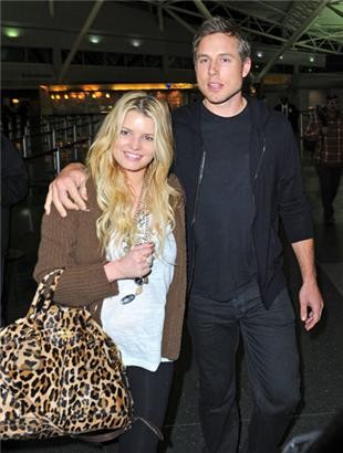 39380d8a6247 Jessica is known for rocking huge bags, which of course I LOVE! On the left  she's leaving the airport with her fiance'. On the right, the bowler is  close in ...