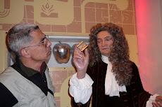 Εδώ, σε μια παλιά φωτογραφία με τον Νεύτωνα (1642 - 1727).