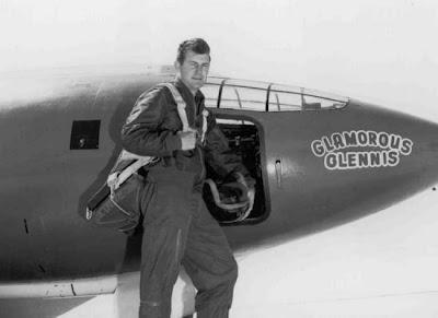 Chuck Yeager junto a su Bell X-1