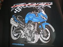 Yamaha Fazer en camiseta negra