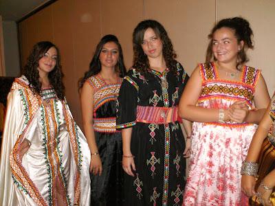 Tafsut chants et danses de kabylie d fil de mode de for Salon kabyle