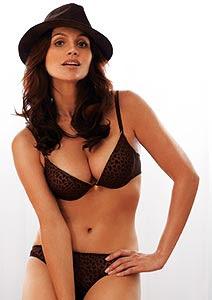 5586e7f9e Grife divulga fotos de Flávia Alessandra de lingerie.