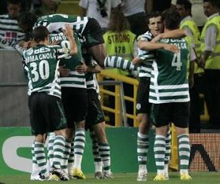 Os jogadores celebram o golo de Liedson, marcado ao Belenenses