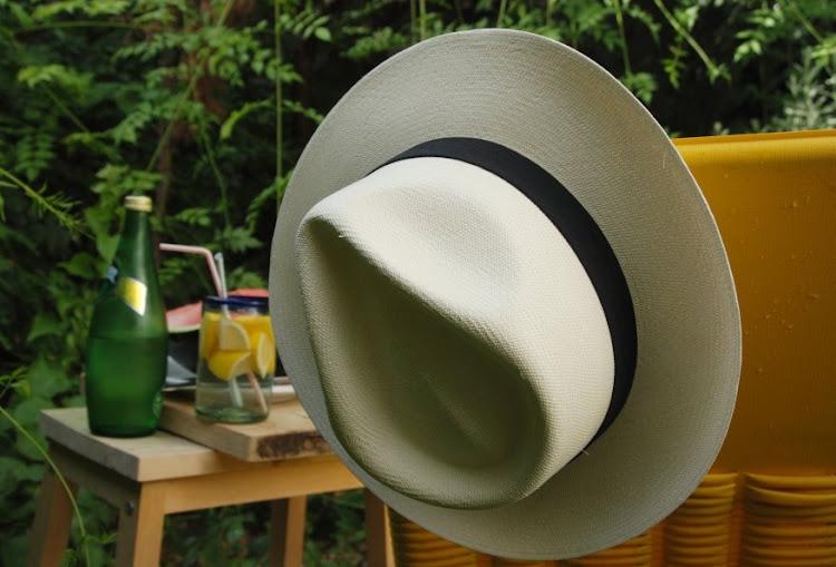 El sombrero lo encontré en  Sombreros Antonio García c  Alcaicería 2bd87f7ccc7