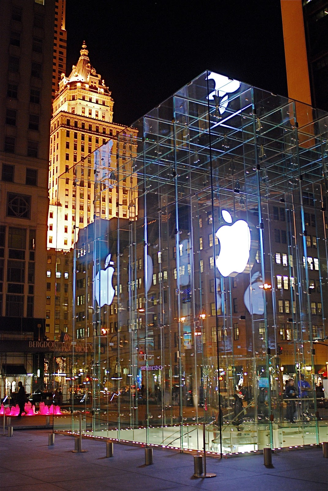 NYC ♥ NYC: The Biggest Apple Store In The Big Apple Never