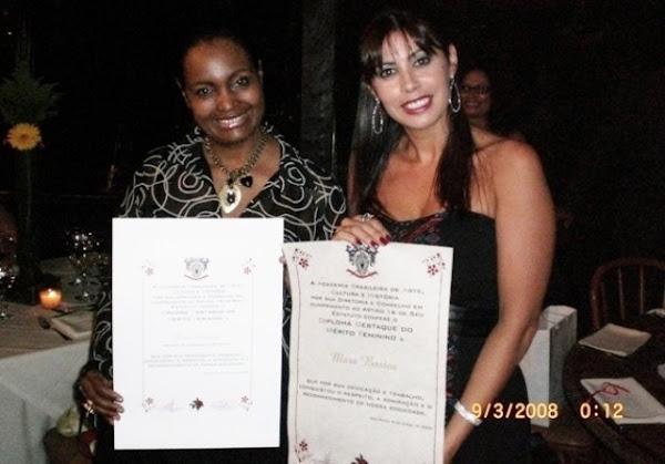As Jornalistas Diva Pavesi e Mara Bastos recebendo uma comenda em Sao Paulo