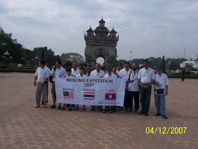 Group photograph at Patuxai-a reminiscent of the Arc de Triomphe in Paris