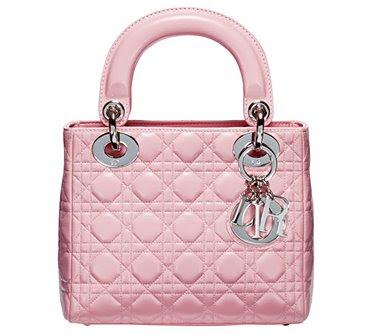 Сумка Lady Dior появилась в середине 1990-х, когда креативным директором  Дома Dior был Джанфранко Ферре. Легенда сумки началась с мадам Ширак, когда  Первая ... 0134b0df3d9