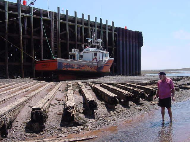 [Parrsboro+pier+dead+low+Don+and+boat.JPG]
