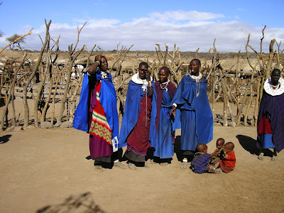 femei masai in haine traditionale