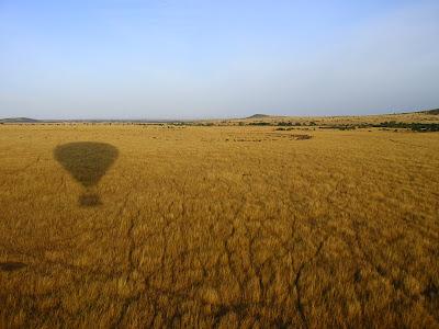 Cu balonul peste savana