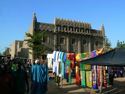 Imagini Djenne: piata din fata moscheie de chirpici