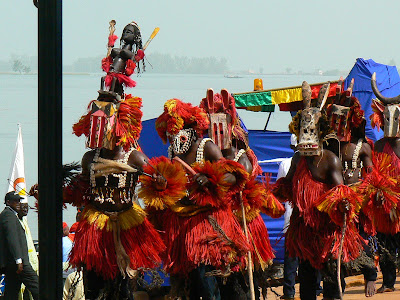 Eveniment Mali: concurs pirogi Mopti, dansatori dogoni