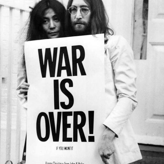 73b23460f5801 Happy Xmas (War Is Over) foi escrita por John Lennon, e lançada como single  em 1971 pela Apple Records, alcançou a 3ª posição da Billboard, ...