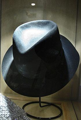 Uno de los sombreros Fedora de color negro que Michael Jackson hizo parte  de su extravagante imagen a principios de los ochenta becf4a1d5e1