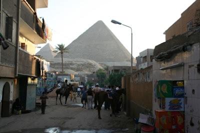 Una de las calles, con la pirámide al fondo
