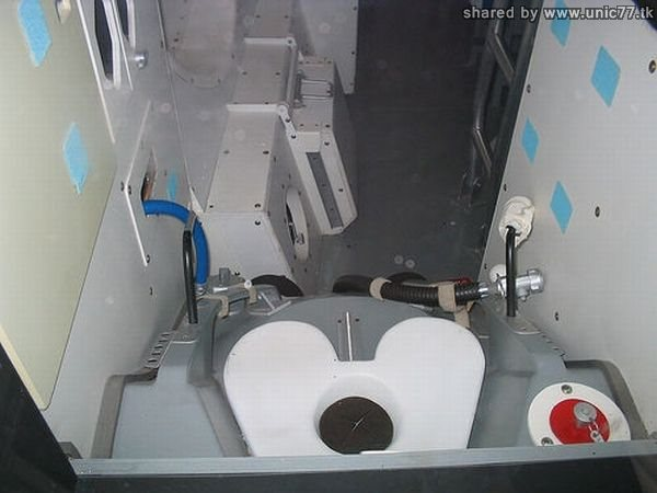 idegue-network.blogspot.com - Toilet Para Astronot Di Dalam Pesawat Ulang Alik