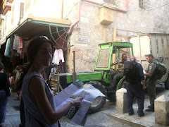 Policia israelí demanant documentació a un palestí