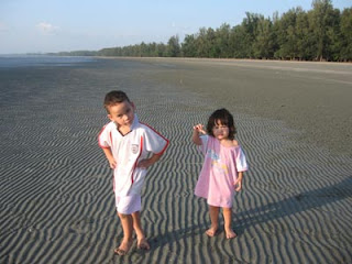 Ben and Jenny are not impressed by Trang's muddy beaches