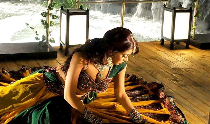 udaya bhanu from leader item song cute stills