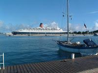 Le Queen Elisabeth à quai à Papeete