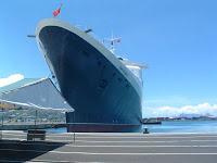 Sous la proue du Queen Elisabeth 2 à quai dans le port de Papeete