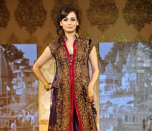 Download Song Lock Up By Karan: Hot Dia Mirza At Manish Malhotra's Mijwan Fashion Show