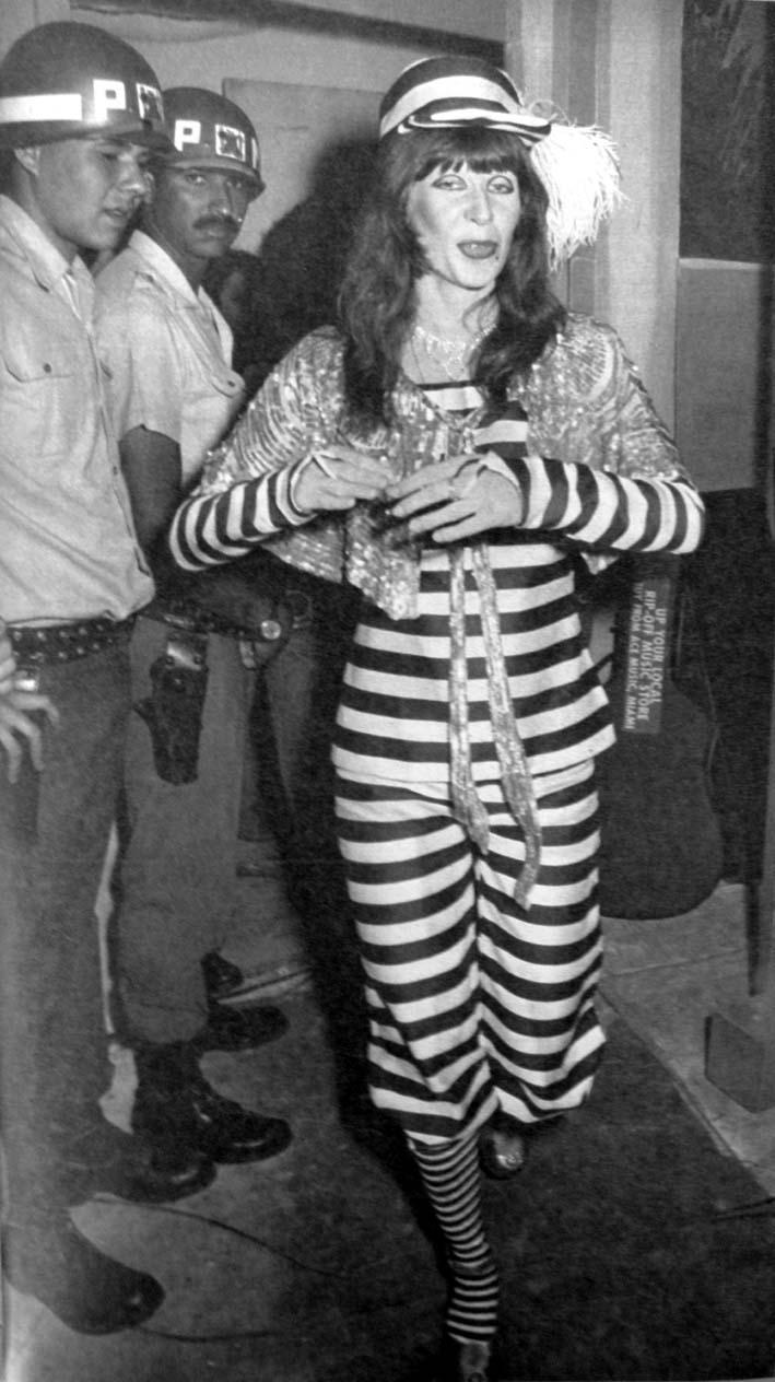 RITA LEE A RAINHA DO ROCK: A VOLTA DE RITA LEE DEPOIS DA PRISÃO EM 1976 - NUM EMBALO DE FUMAÇA COLORIDA COM FORÇA TOTAL. OITO MIL PESSOAS CURTIRAM O SEU SOM