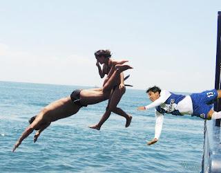 Resultado de imagem para galera pulando do barco